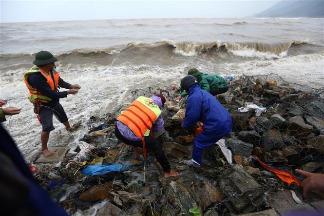Lực lượng của huyện, xã tích khẩn trương khắc phục điểm sạt lở tại kè Cẩm Nhượng (huyện Cẩm Xuyên). Ảnh: Minh Quyết - TTXVN