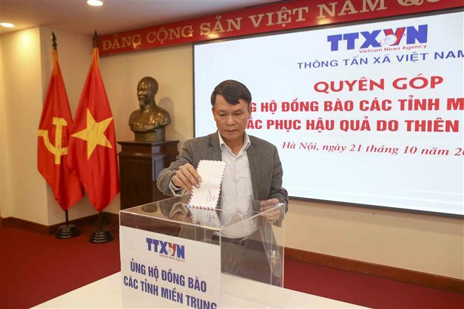Tổng Giám đốc TTXVN Nguyễn Đức Lợi tham gia quyên góp. Ảnh: Tuấn Đức - TTXVN