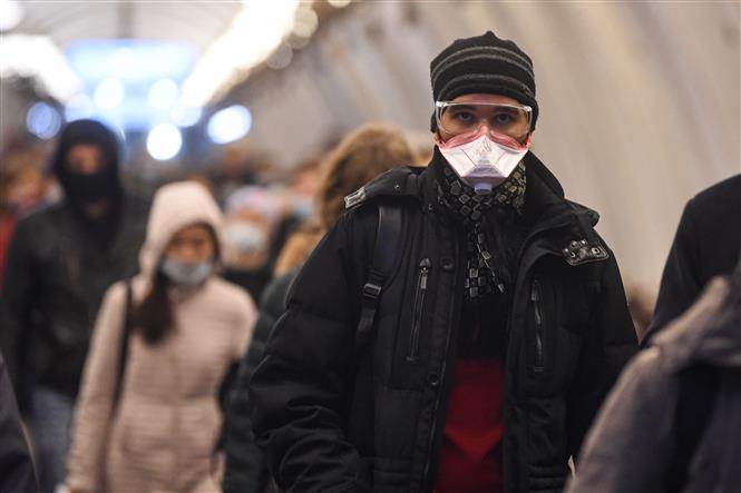 Người dân đeo khẩu trang phòng dịch COVID-19 tại Moskva, Nga ngày 22/10/2020. Ảnh: THX/TTXVN