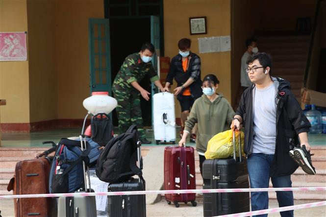 Trong ảnh: Công dân hoàn thành thời gian cách ly tập trung chuẩn bị đồ cá nhân để trở về địa phương. Ảnh: Thanh Hải