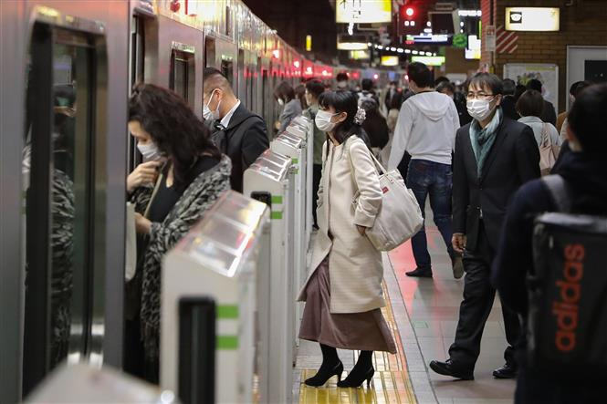 Trong ảnh: Người dân đeo khẩu trang phòng lây nhiễm COVID-19 tại Tokyo, Nhật Bản. Ảnh: THX/TTXVN