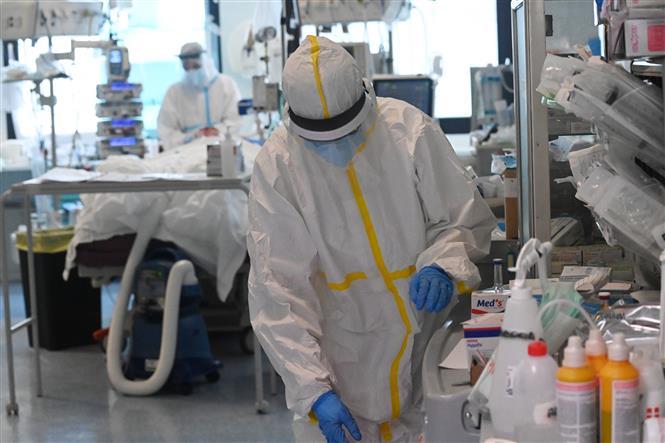 Trong ảnh: Điều trị cho bệnh nhân nhiễm COVID-19 tại Bologna, Italy, ngày 12/11/2020. Ảnh: THX/TTXVN