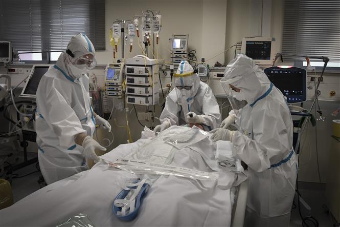 Trong ảnh: Nhân viên y tế điều trị cho bệnh nhân nhiễm COVID-19 tại bệnh viện ở Athens, Hy Lạp ngày 20/11/2020. Ảnh: AFP/TTXVN