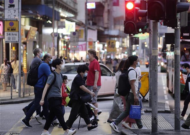 Trong ảnh: Người đi đường đeo khẩu trang phòng dịch COVID-19 tại quận Wan Chai, Hong Kong, Trung Quốc ngày 27/11/2020. Ảnh: THX/TTXVN