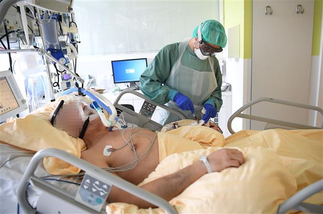 Trong ảnh: Nhân viên y tế điều trị cho bệnh nhân mắc COVID-19 tại một bệnh viện ở Vienna, Áo ngày 27/11/2020. Ảnh: AFP/TTXVN