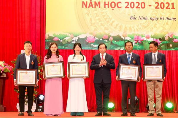 Thứ trưởng Tạ Quang Đông trao thưởng cho các tập thể, cá nhân xuất sắc