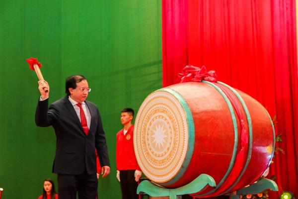 Thứ trưởng Tạ Quang Đông đánh trống khai giảng năm học mới