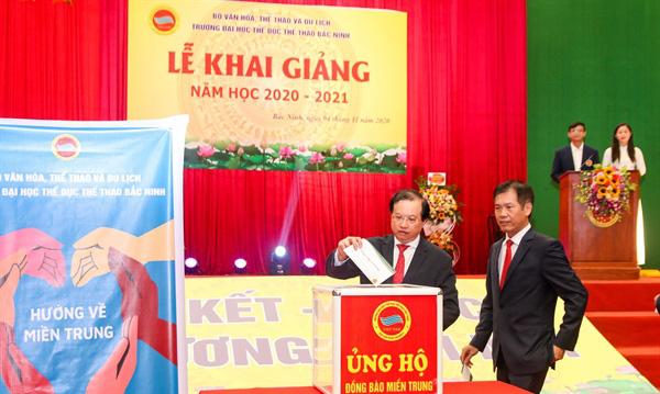 Các đồng chí lãnh đạo Bộ, đơn vị thuộc Bộ, nhà trường... ủng hộ đồng bào miền Trung tại lễ khai giảng