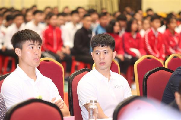 Hai cầu thủ Duy Mạnh, Đình Trọng tham dự lễ khai giảng của Trường Đại học TDTT Bắc Ninh