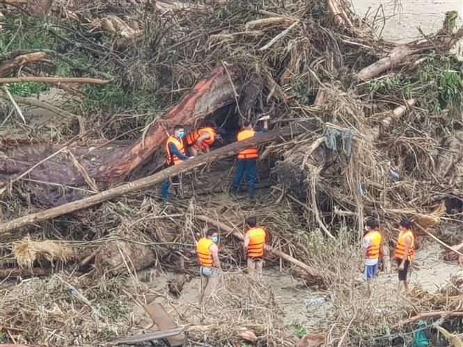 Các mũi tìm kiếm người mất tích ở khu vực thôn 1, xã Trà Leng. Ảnh: Đoàn Hữu Trung-TTXVN