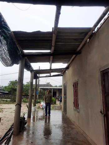 Nhà dân ở huyện Vĩnh Linh bị tốc mái do ảnh hưởng bão số 13. Ảnh: Hồ Cầu-TTXVN