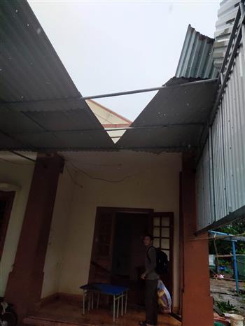 Nhà dân ở huyện đảo Cồn Cỏ bị tốc mái do ảnh hưởng bão số 13. Ảnh: TTXVN
