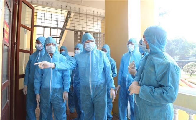 Kiểm tra công tác cách ly y tế tại khu cách ly tập trung Trường Cao đẳng Y tế Hà Nam. Ảnh: Nguyễn Chinh - TTXVN
