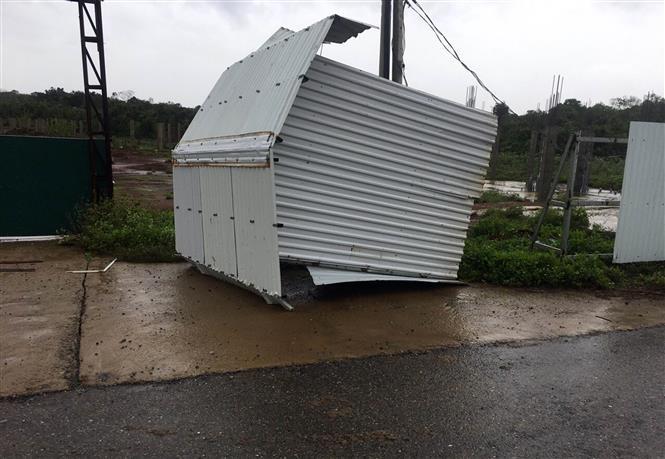 Bão số 13 gây hư hại nhiều nhà dân. Ảnh: Hồ Cầu-TTXVN