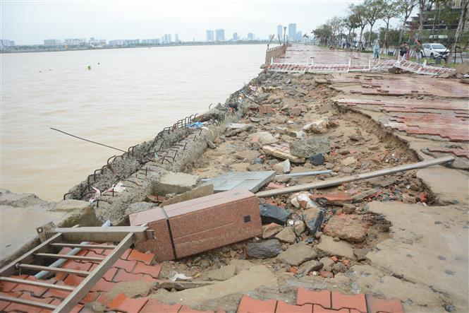 Vỉa hè đường Như Nguyệt (quận Hải Châu, thành phố Đà Nẵng) bị thiệt hại nặng, nhiều đoạn bị sóng đánh gây sạt lở. Ảnh: Quốc Dũng – TTXVN