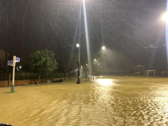Trong đêm 14, rạng sáng 15/11, nước sông Hàn dâng gây ngập úng một số tuyến đường ven sông như Bạch Đằng, Như Nguyệt (quận Hải Châu, thành phố Đà Nẵng). Ảnh: TTXVN phát