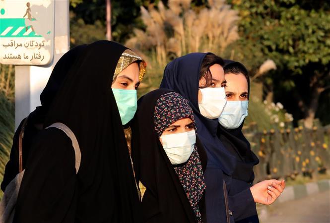 Người dân đeo khẩu trang phòng lây nhiễm COVID-19 tại Tehran, Iran. Ảnh: AFP/TTXVN