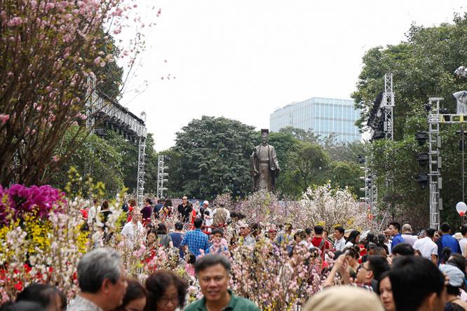 Hà Nội tích cực phối hợp với các đại sứ quán, cơ quan ngoại giao tổ chức nhiều sự kiện văn hóa, lễ hội. Trong ảnh: Lễ hội hoa Anh đào Nhật Bản - Hà Nội 2019 thu hút nhiều người dân và du khách tham quan. Ảnh: Thương Nguyệt.
