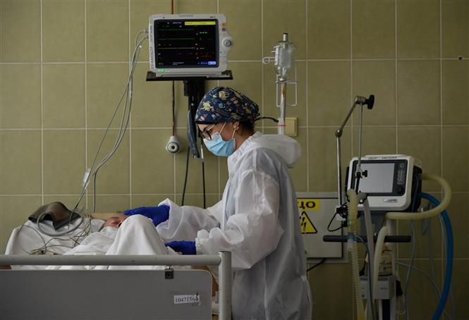 Nhân viên y tế điều trị cho bệnh nhân COVID-19 tại bệnh viện ở Lviv, Ukraine, ngày 30/6/2020. Ảnh: AFP/TTXVN
