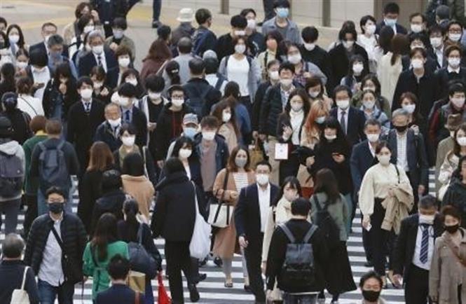 Người dân đeo khẩu trang phòng lây nhiễm COVID-19 tại Tokyo, Nhật Bản, ngày 18/11/2020. Ảnh: Kyodo/ TTXVN