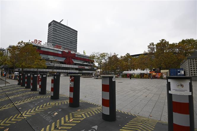 Trong ảnh: Cảnh vắng vẻ tại Quảng trường Breitscheid ở Berlin, Đức do dịch COVID-19 ngày 11/11/2020. Ảnh: AFP/TTXVN