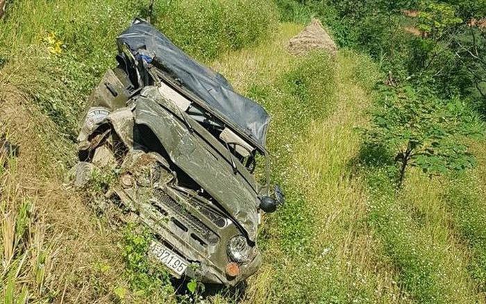 Chiếc xe bẹp dúm sau khi rơi xuống vực. Ảnh: TTXVN