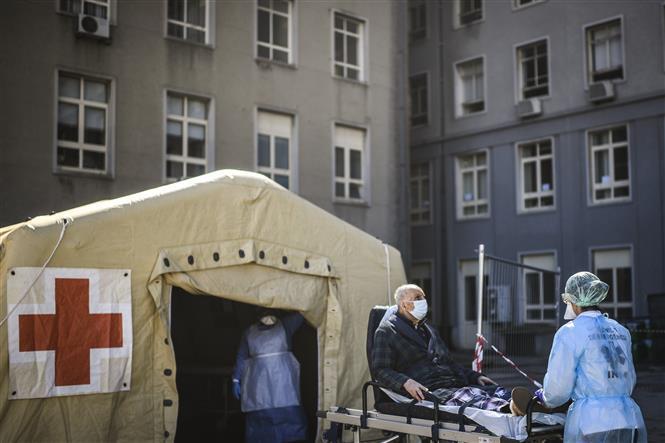 Trong ảnh: Khu vực cách ly điều trị cho bệnh nhân nhiễm COVID-19 tại bệnh viện Maria ở Lisbon, Bồ Đào Nha. Ảnh: AFP/TTXVN