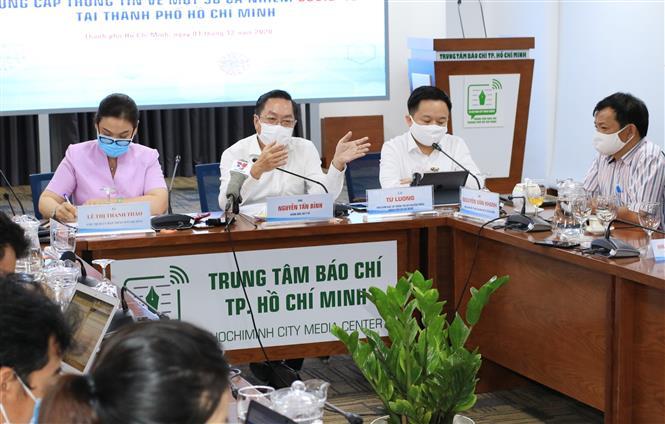 Trong ảnh: Ông Nguyễn Tấn Bỉnh, Giám đốc Sở Y tế Thành phố Hồ Chí Minh cung cấp thông tin về quy định cách ly. Ảnh: Đinh Hằng - TTXVN