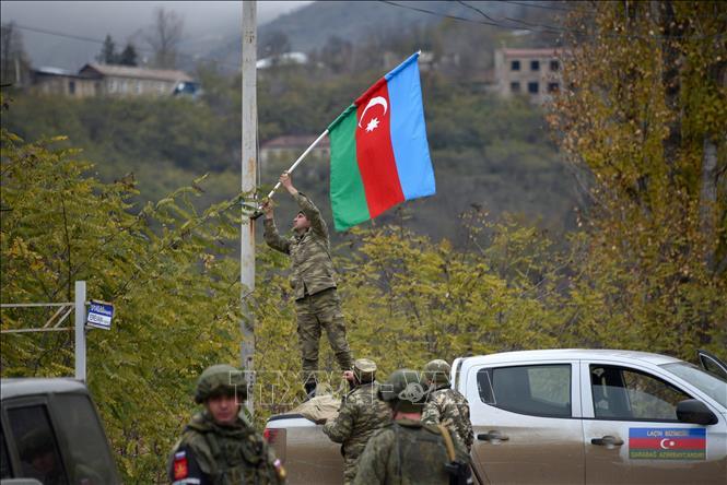 Trong ảnh: Quân đội Azerbaijan tiến vào huyện Lachin ngày 1/12/2020. Ảnh: AFP/TTXVN