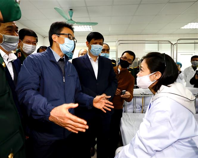 Trong ảnh: Phó Thủ tướng Vũ Đức Đam thăm hỏi các tình nguyện viên tiêm thử nghiệm vắcxin Nano Covax ngừa COVID-19. Ảnh: Dương Giang - TTXVN