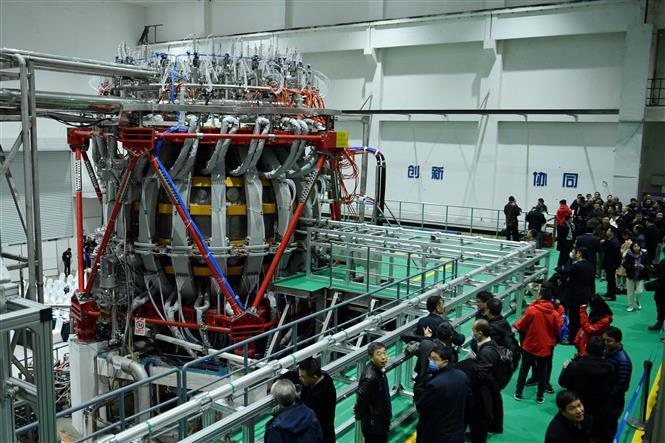 """Trong ảnh: """"Mặt trời nhân tạo"""" HL-2M Tokamak được lắp đặt ở Thành Đô, tỉnh Tứ Xuyên, Trung Quốc ngày 4/12/2020. Ảnh: AFP/TTXVNv"""