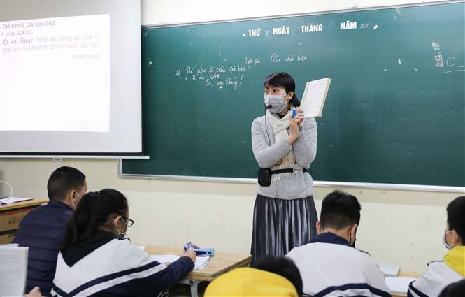 Giáo viên trường THCS Thăng Long (Ba Đình, Hà Nội) đeo khẩu trang phòng chống dịch. Ảnh: Thanh Tùng/TTXVN.