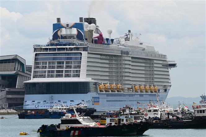 Trong ảnh: Siêu du thuyền 5 sao Quantum of the Seas của Tập đoàn Royal Caribbean tại Vịnh Marina, Singapore, ngày 9/12/2020. Ảnh: AFP/TTXVN