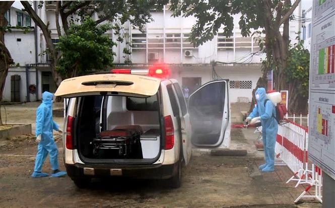 Trung tâm Kiểm soát bệnh tật Quảng Bình đã tiến hành phun tiêu độc khủ trùng tại các điểm truy vết, có tiếp xúc với bệnh nhân 1291. Ảnh: Văn Tý-TTXVN