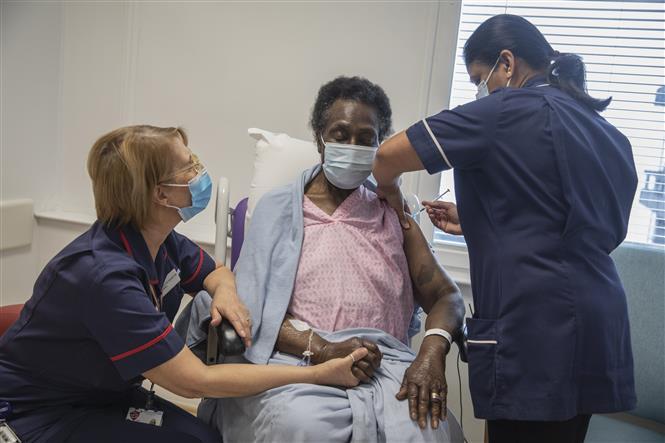 Trong ảnh: Tiêm vaccine ngừa COVID-19 tại London, Anh, ngày 8/12/2020. Ảnh: AFP/TTXVN