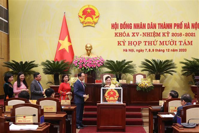 Trong ảnh: Các đại biểu HĐND thành phố Hà Nội bỏ phiếu bầu chức danh Chủ tịch HĐND thành phố Hà Nội khóa XV, nhiệm kỳ 2016-2021). ẢNh: TTXVN