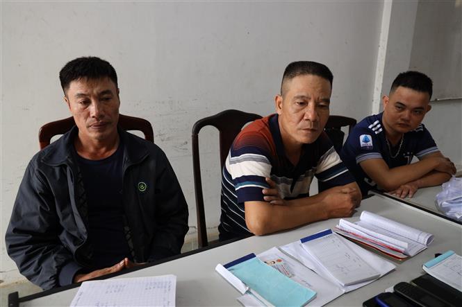 Đối tượng Đào Văn Hùng (ngồi giữa, là chồng đối tượng Phan Thị Hương) và các đối tượng liên quan bị bắt giữ. Ảnh: Thanh Tân - TTXVN