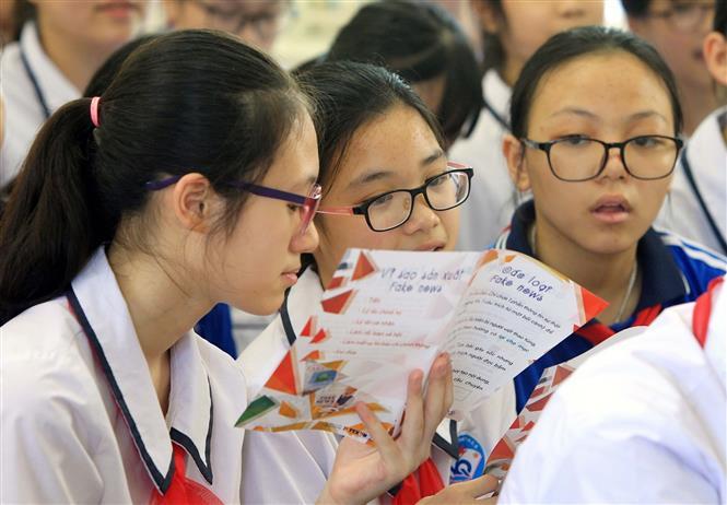 Học sinh học Trường Trung học cơ sở Ngô Quyền (Hải Phòng) học kỹ năng chống tin giả. Ảnh: TTXVN