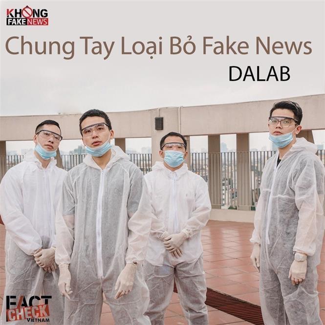 Ban nhạc DaLab thể hiện ca khúc Chung tay loại bỏ Fake News. Ảnh: TTXVN
