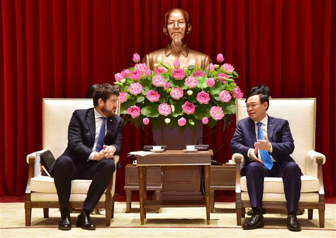 Bí thư Thành ủy Hà Nội Vương Đình tiếp Trưởng đại diện UNESCO tại Việt Nam Michael Croft. Ảnh: Văn Điệp - TTXVN