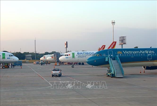 Máy bay của các hãng hàng không Việt Nam chuẩn bị đón khách tại sân bay Nội Bài. Ảnh: Ngọc Hà/TTXVN