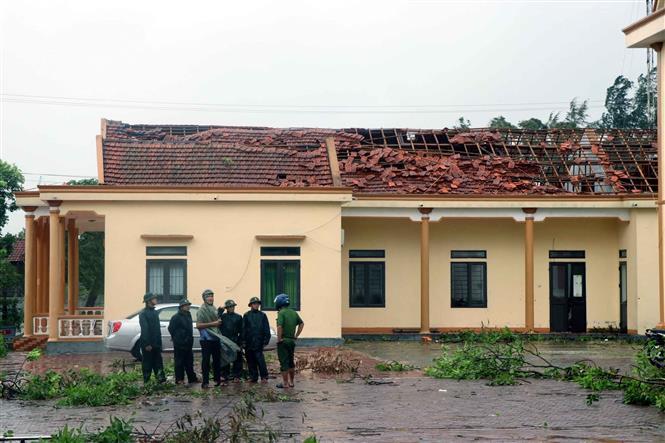 Trụ sở UBND xã Thịnh Lộc huyện Lộc Hà bị lốc xoáy tốc mái. Ảnh: Công Tường-TTXVN