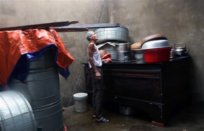Một gia đình ở thôn Quang Trung xã Thịnh Lộc huyện Lộc Hà bị tốc mái nhà, ướt hết đồ đạc. Ảnh: Công Tường-TTXVN