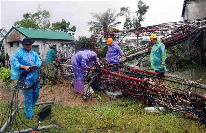 Trận lốc xoáy xảy ra tại xã Thịnh Lộc huyện Lộc Hà làm đổ sập cột viễn thông cao hàng trăm mét, thiệt hại hàng trăm triệu đồng. Ảnh Công Tường-TTXVN