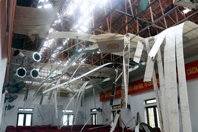 Hội trường UBND xã Thịnh Lộc huyện Lộc Hà bị tốc mái và thiệt hại nghiêm trọng. Ảnh: Công Tường - TTXVN