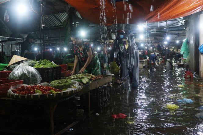Nhiều chợ dân sinh ở thành phố Vinh ngập sâu do mưa lớn kéo dài. Ảnh: Nguyễn Oanh-TTXVN.