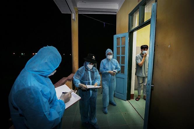 Ngay sau khi các công dân ổn định chỗ nghỉ, các bác sỹ lên từng phòng để đo thân nhiệt và lấy thông tin của từng người. Ảnh: Trọng Đạt - TTXVN