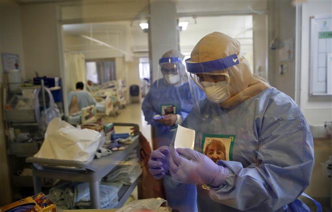 Nhân viên y tế làm việc tại khu cách ly điều trị bệnh nhân COVID-19 ở thành phố Rehovot, Israel ngày 16/9/2020. Ảnh: THX/TTXVN