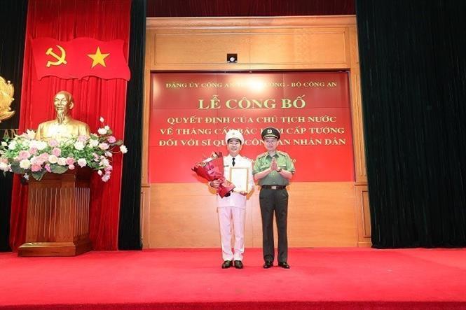 Bộ trưởng Bộ Công an Tô Lâm trao Quyết định của Chủ tịch nước thăng cấp bậc hàm từ Thiếu tướng lên Trung tướng đối với đồng chí Trần Quốc Tỏ, Thứ trưởng Bộ Công an. Ảnh: TTXVN phát