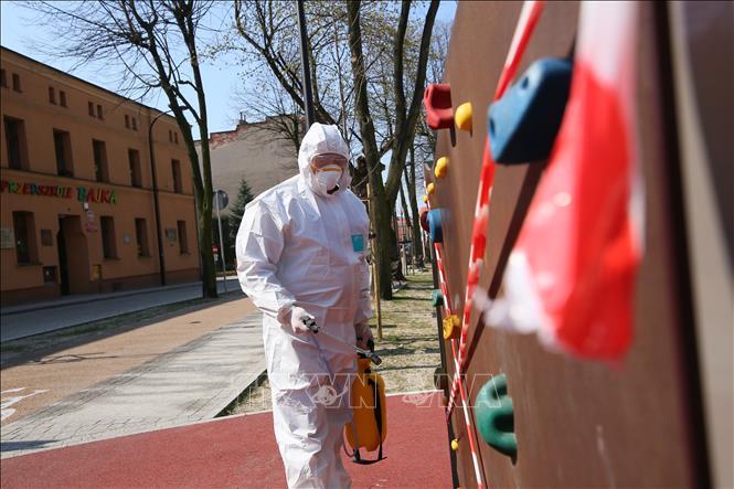 Nhân viên phun thuốc khử trùng trong mùa dịch Covid-19 tại Ba Lan